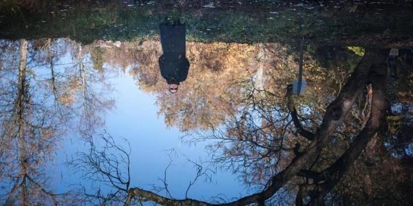 Ria Pacquée in een park, reflectie in het water