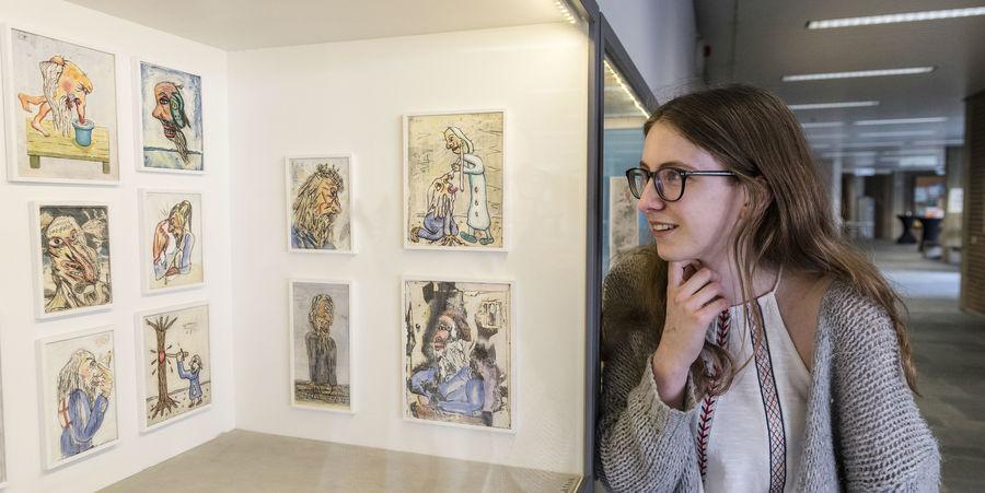 Een student bewondert het Museum op Schaal