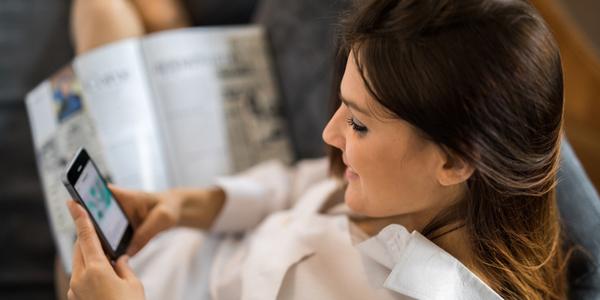 Vrouw leest nieuwsbrief op haar smartphone