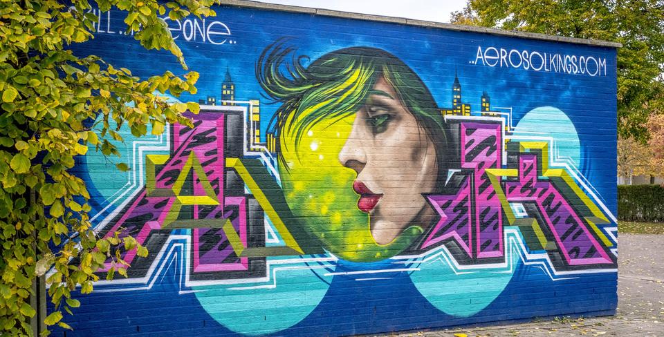 Graffitiwerk op de zijgevel van een garage