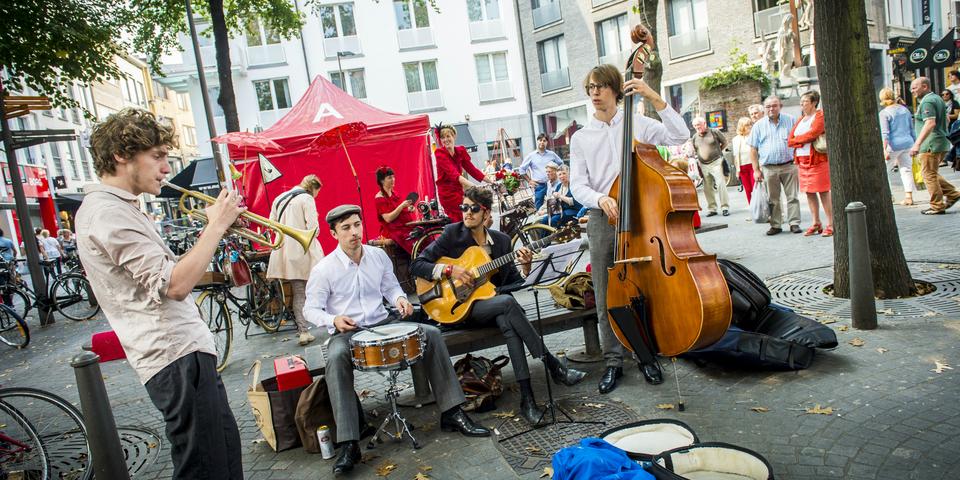 Muzikanten spelen tijdens een buurtfeest.