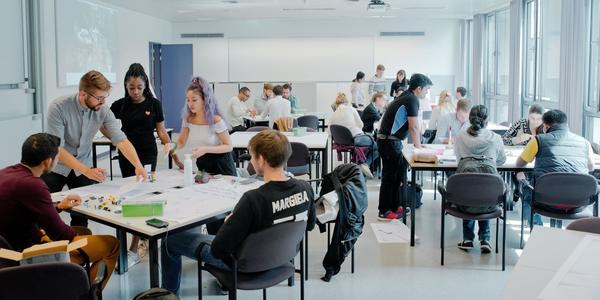 De internationale masterstudenten aan het werk