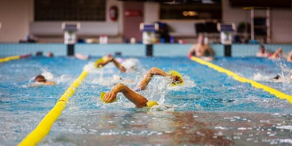 Baantjeszwemmers op een rijtje tussen twee zwemlijnen