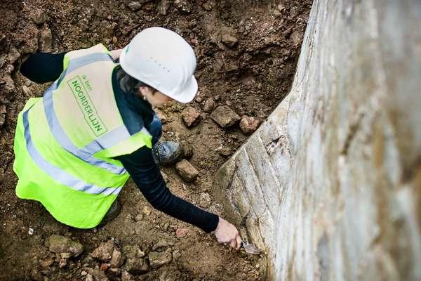 De stadsarcheologen maken de bastionpunt en halve piramide vrij om deze beter te bestuderen.