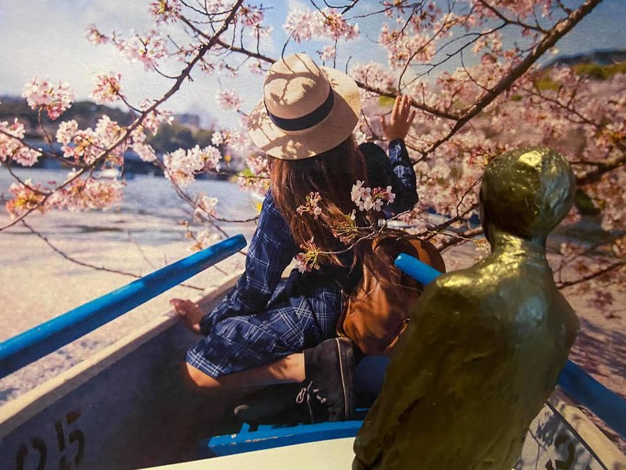 Nello en Patrasche in een bootje tussen de bloesems
