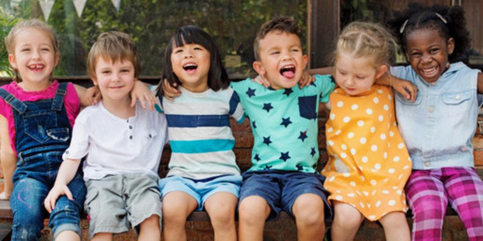 6 kinderen op een bankje