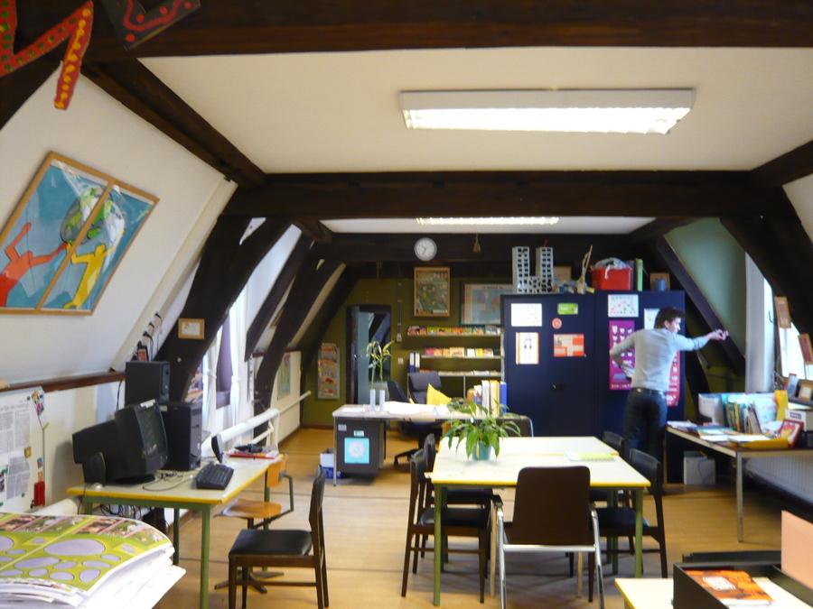 Bureauruimte met verlaagd plafond.
