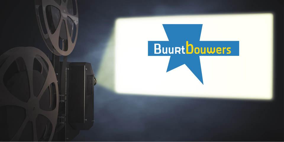 een filmprojector schijn het logo van 'Buurtbouwers' op een scherm.