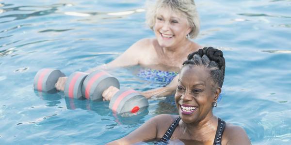 twee dames in het zwembad die aquagym doen