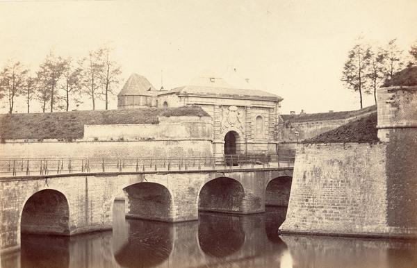 Historische foto van de Kipdorppoort, brug en bastion.
