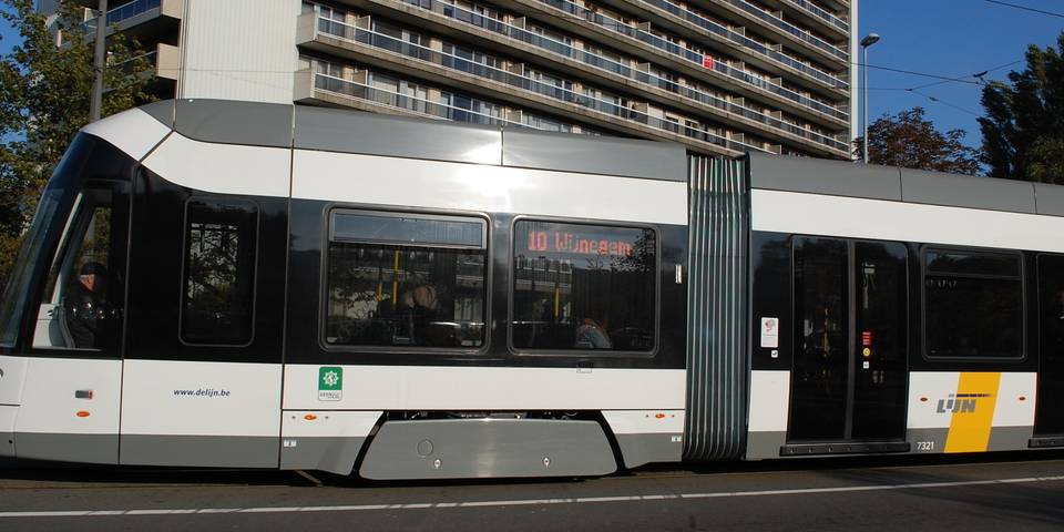 Rijdende tram 10 op Turnhoutsebaan