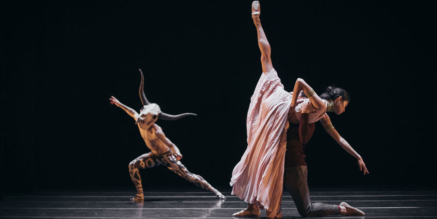 Drie balletdansers repeteren.