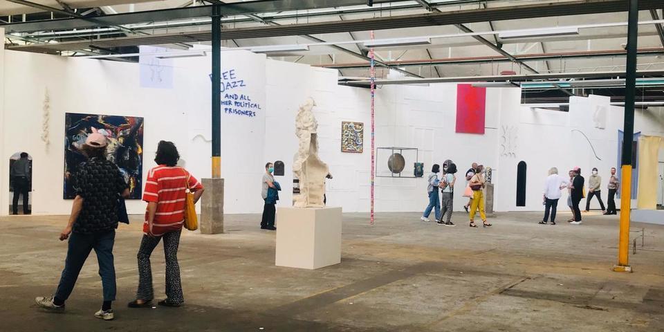 Schilderijen tegen de muur een toeschouwers