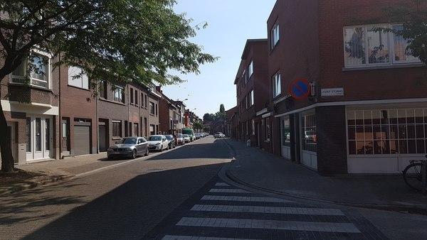 Op dit stuk van de Lageweg wordt een nieuwe asfaltlaag aangebracht