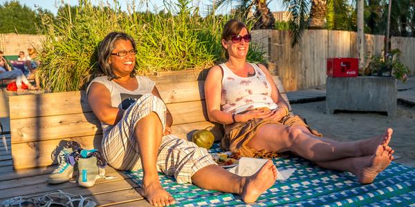 Twee vrouwen genieten van de zon in de Zomerbar