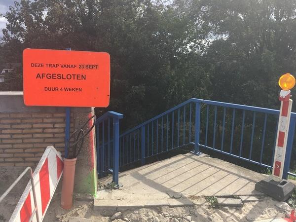 Foto bovenaan de trap die vanaf 23 september voor 4 weken afgesloten is.