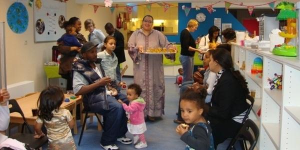 Ouders en kinderen die samen feest vieren.
