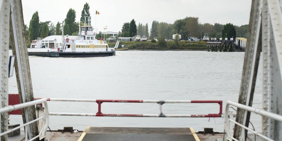 Zicht op de veerboot aan de Schelde