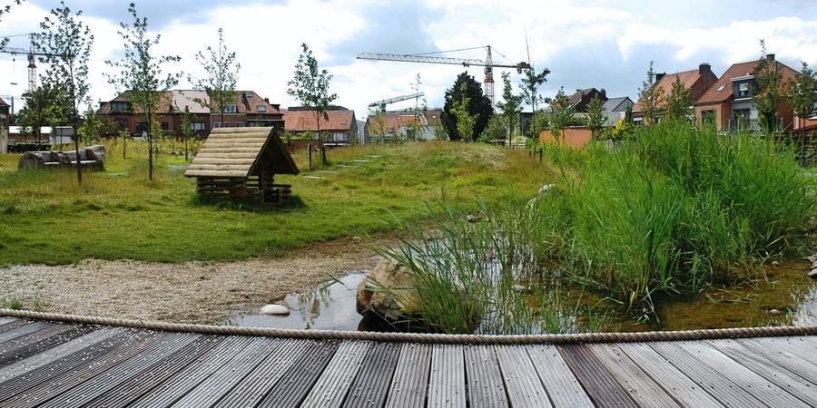 Overzicht over een deel van het Hydepark met vlonderpad, kiezelgoot en speelhuisje