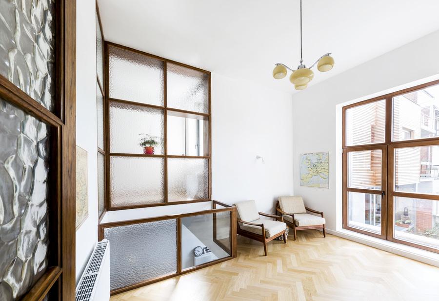 Voormalige werkstudio van Walter Van den Broeck met hersteld rasterraam (rechts in beeld). De doorkijk naar de lagere verdieping  (links in beeld) is een nieuwe toevoeging.