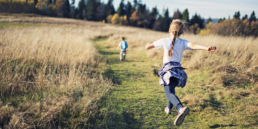 Kinderen in een veld