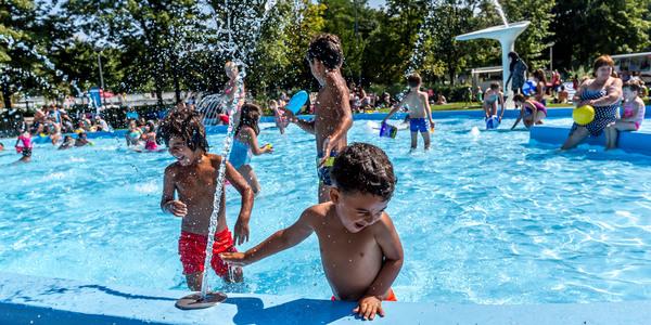 Waterpret in het plonsbad van openluchtzwembad De Molen