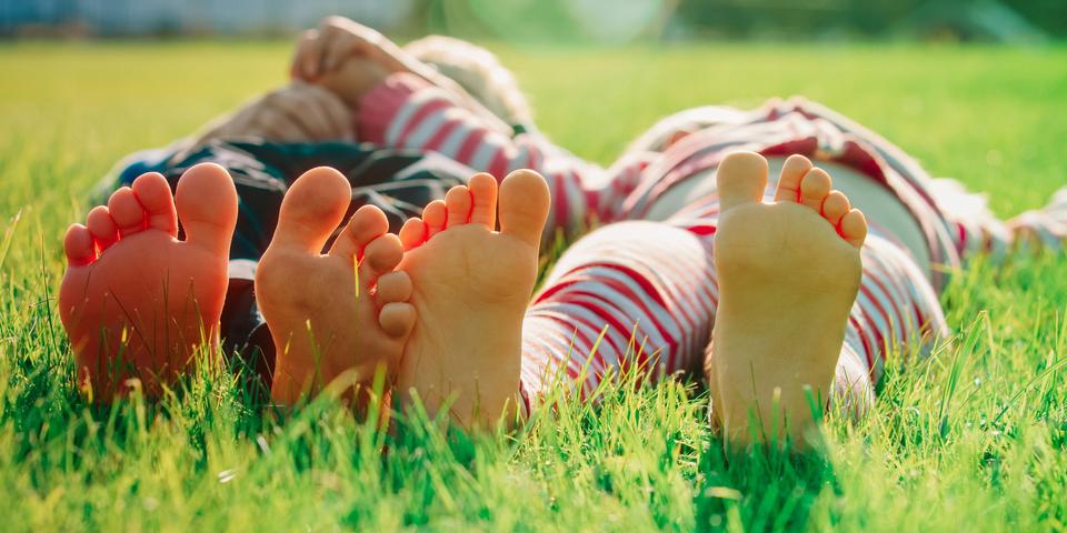 Liggende voeten in het gras