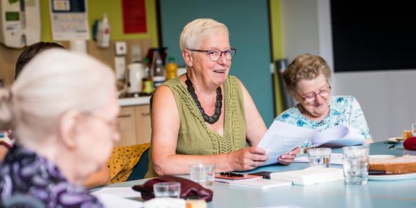 Senioren tijdens activiteit rond tafel