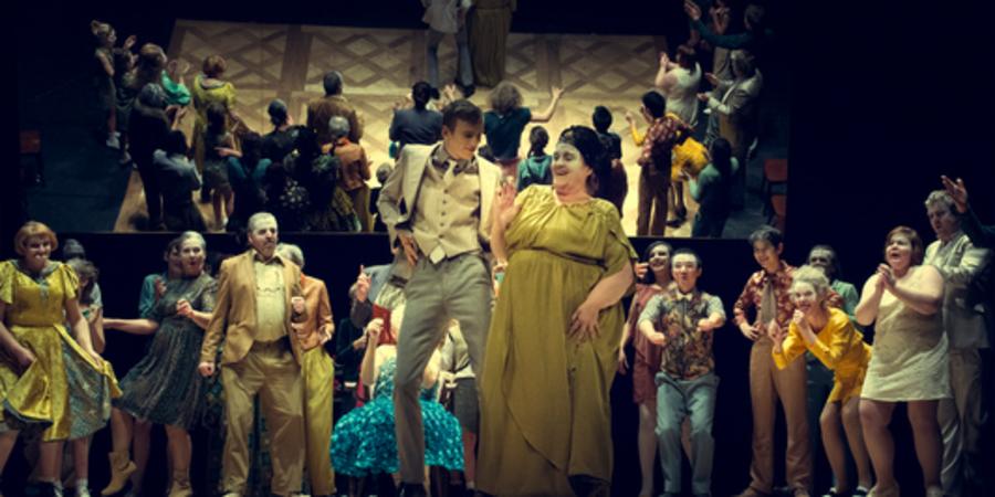 Voorstelling van Tutti Fratelli - acteurs op het podium