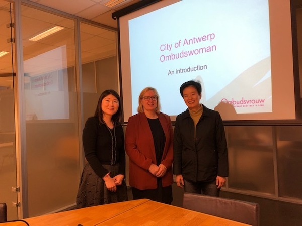Op de foto staat ombudsvrouw Blomme met collega ombudsvrouw Jinhee Lim uit Seoul en haar medewerkster