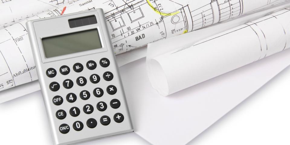 Een rekenmachine en bouwplan.