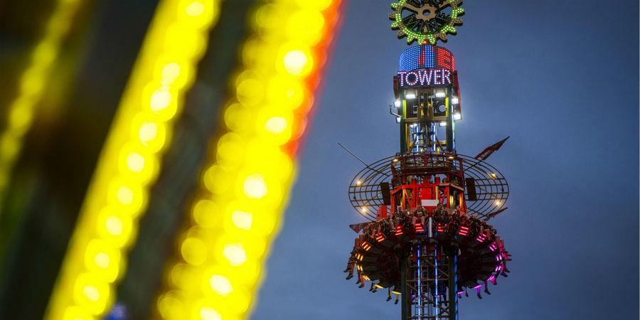 De Tower, de hoogste attractie van de kermis, in actie