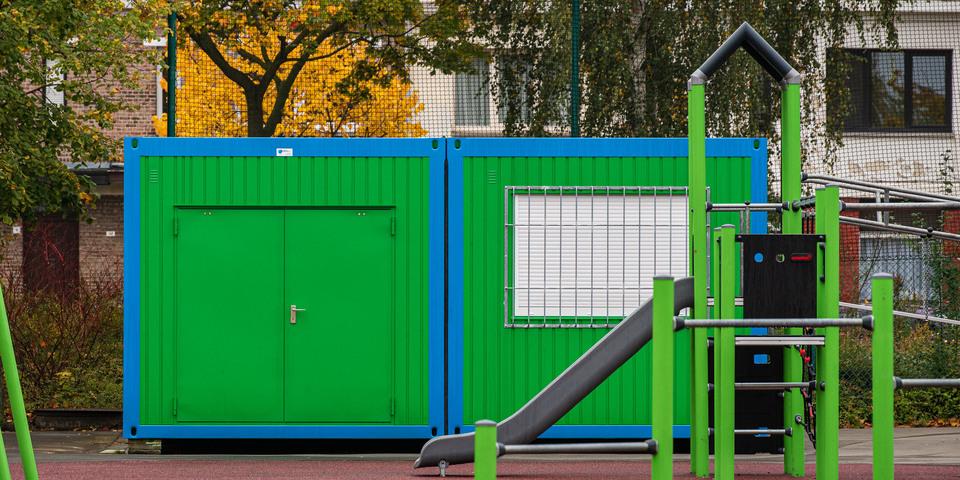 Ravotkot met op de voorgrond de speeltuin