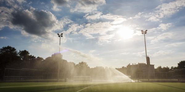 De moderne sproei-installatie die de velden bevochtigd voor elke training of wedstrijd