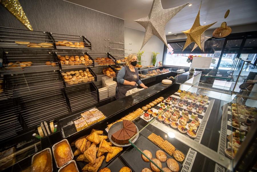 Winkeldame achter bakkerstoog