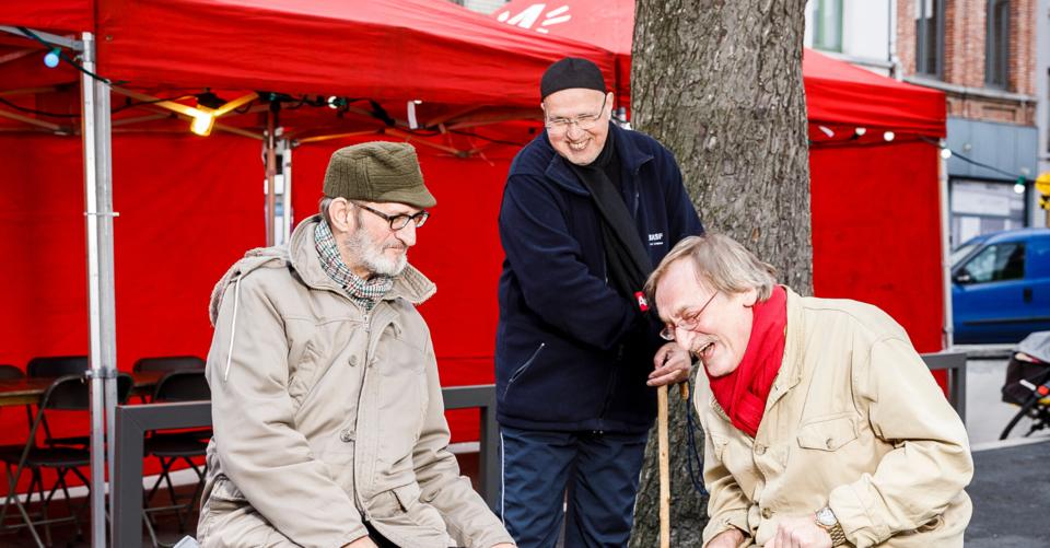 senioren op een buurtfeest