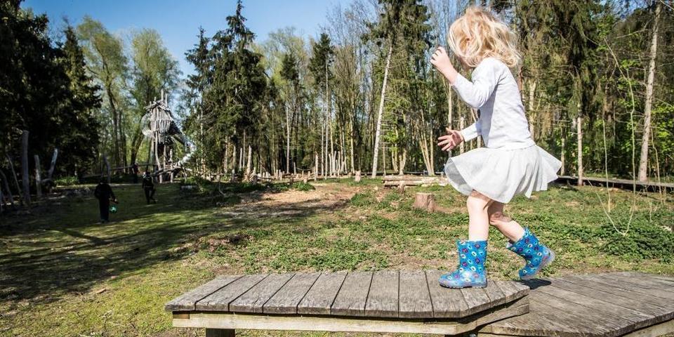 Meisje speelt in het Speelbos