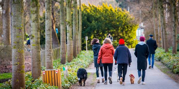 Wandelaars in het Rivierenhof