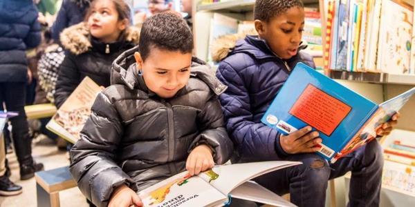 Leerlingen op klasbezoek in de bibliotheek