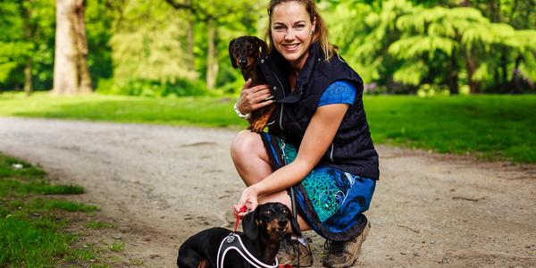 Een vrouw met haar twee honden.