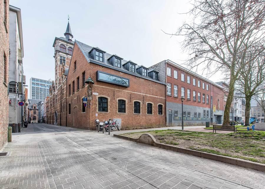 In de straatvleugel zijn de kantoren van de administratieve en pedagogische medewerkers ondergebracht. De gevels, daken en het buitenschrijnwerk werden gerestaureerd. Er werd een uitkijkpost over het plein geïnstalleerd.