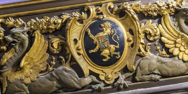 Rijkelijk gedecoreerde goudkleurige moulure