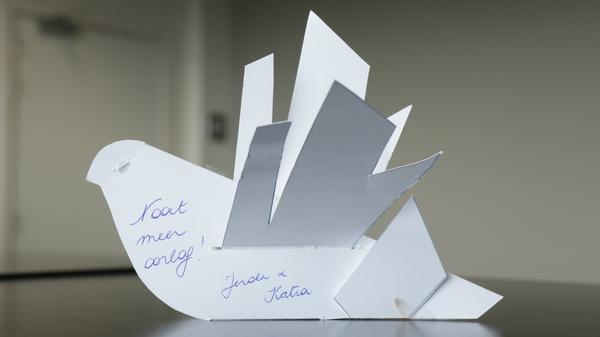 Papieren duif met vrijheidswens op