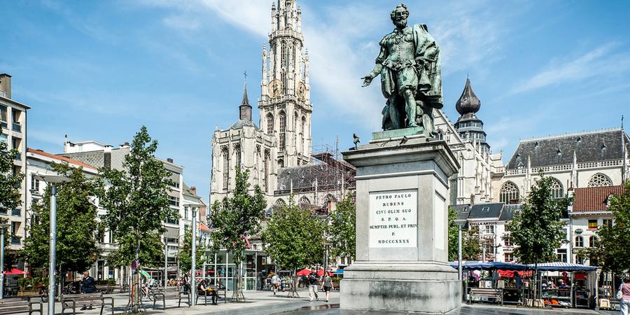 Standbeeld van Rubens op de Groenplaats met op de achtergrond de kathedraal.