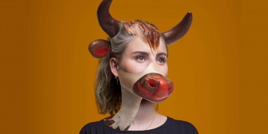 Een vrouw met horens, een oor en de bek van een koe op haar gezicht gefotoshopt