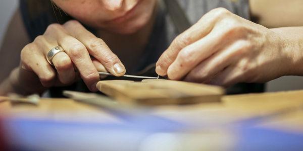 Juwelenontwerpster in atelier