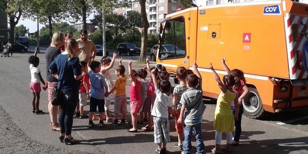 Kleuters mogen eens meerijden met een veegmachine tijdens 'Propere school, propere stad'