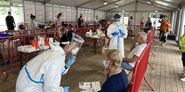 Bezoekers en personeel in het testdorp TestCovid