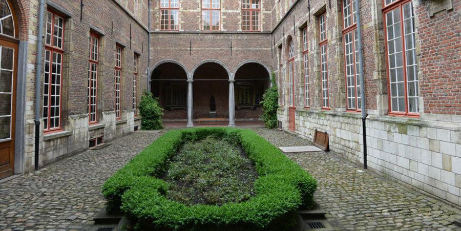 Binnentuin van het Maagdenhuismuseum.