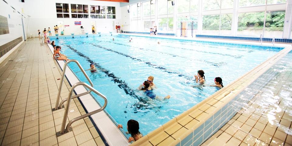 Kinderen in en rond het grote zwembad
